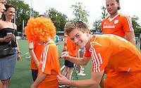 AMSTELVEEN - Neth. -   Thierry Brinkman deelt handtekeningen uit na de interland wedstrijd tussen de mannen van Nederland en Frankrijk (8-1), ter voorbereiding van het EK . rechts Bob de Voogd.  COPYRIGHT KOEN SUYK