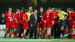 CARDIFF, WALES - Sunday, March 2, 2003: Liverpool manager Gerard Houllier and his side celebrate victory over Manchester United during the Football League Cup Final at the Millennium Stadium. (Pic by David Rawcliffe/Propaganda)