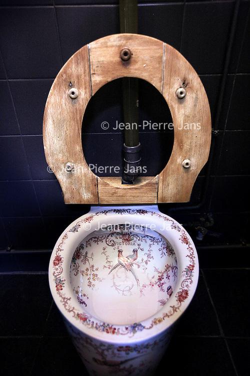 Nederland, Haarlem , 26 november 2013.<br /> het in Victoriaanse stijl ingerichte toilet van Bert Sliggers en zijn vrouw Andrea de Wilde.<br /> Foto:Jean-Pierre Jans