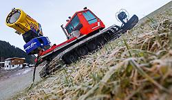 THEMENBILD - eine Pistenraupe mit montierter Schneekanone auf einer grünen Piste, bei der Hochalmbahn, aufgenommen am 05. Dezember 2014, Hinterglemm, Österreich. Kein Wintereinbruch, Seilbahner warten auf Schnee bzw. auf einen Temperatursturz. Bergbahnen, die das kommende Wochenende mit dem Pistenbetrieb loslegen wollten, müssen noch warten, bis es kühler wird und damit eine Beschneiung möglich ist // a snow cat with snow cannon mounted on a snowless slope, at the Hochalmbahn cable car, Saalbach Hinterglem, Austria on 2014/12/05. EXPA Pictures © 2014, PhotoCredit: EXPA/ JFK