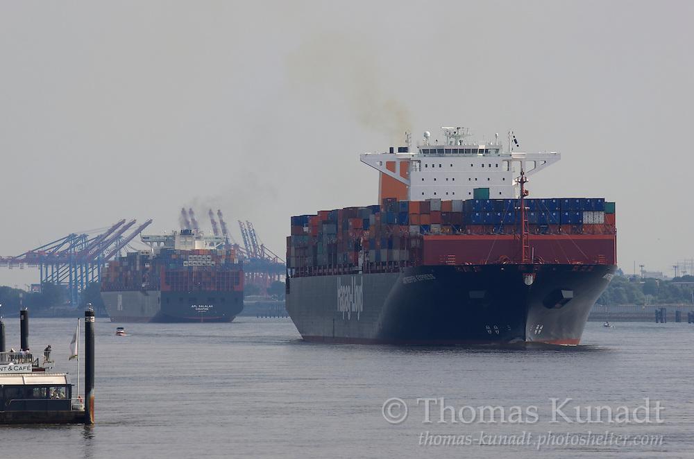 Das Containerschiff ANTWERPEN EXPRESS hat die APL SALALAH passiert und fährt am 22.8.2013 elbabwärts
