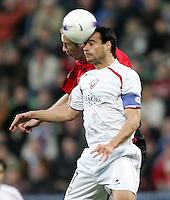 Fussball  UEFA Pokal  Viertelfinale  Hinspiel   Saison 2006/2007 Bayer 04 Leverkusen - CA Osasuna                Sergej BARBAREZ (hinten, Leverkusen) gegen CRUCHAGA (vorn, CA)