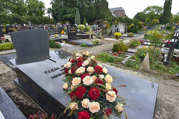 Nederland, Wijchen, 28-9-2012Bloemen op een graf op een kerkhof, begraafplaats. Allerzielen, allerheiligen.Foto: Flip Franssen/Hollandse Hoogte