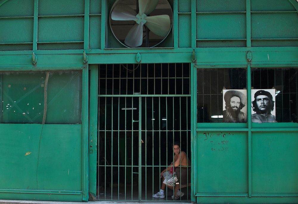 Cuba change<br /> Le gouvernement cubain autorise, depuis le 1er octobre 2011, l'achat et la vente de v&eacute;hicules. <br /> Jusqu'&agrave; pr&eacute;sent, les Cubains ne pouvaient acheter ou vendre que des v&eacute;hicules enregistr&eacute;s dans l'&icirc;le avant l'av&egrave;nement de la R&eacute;volution en 1959, pour la plupart de grosses voitures am&eacute;ricaines (almendrones).<br /> Le pr&eacute;sident cubain, Raul Castro, amorce ainsi une s&eacute;rie de r&eacute;formes destin&eacute;es &agrave;  transformer la vie &eacute;conomique et sociale du pays. Dans tout le pays, on constate qu'il y a maintenant plein de petits restaurants, des petits commerces. les citoyens peuvent louer des chambres &agrave; des touristes (casa particular) et vendre des produits alimentaires qu'ils pr&eacute;parent chez eux (sandwichs, g&acirc;teaux, caf&eacute;, etc.). Ce secteur est en pleine &eacute;bullition. <br /> Par contre, s'il y a une ouverture &eacute;conomique, Raul Castro exclut toute &eacute;volution sur le plan politique. Les slogans et les h&eacute;ros de la R&eacute;volution sont omnipr&eacute;sents dans le quotidien des Cubains. Pour combien de temps ?
