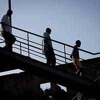 06/03/2014.  Bissau. Guinée Bissau. Passerelle qui traverse la route de l'aéroport menant au marché Bandim. Sylvain Cherkaoui pour JA
