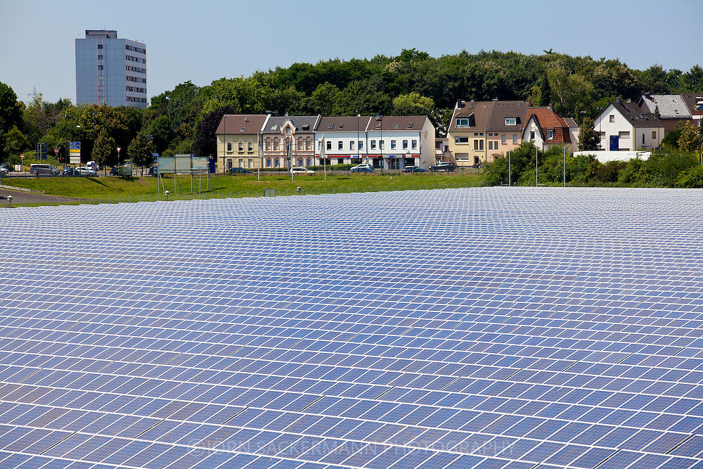 Europa, Deutschland, Nordrhein-Westfalem, Troisdorf, Solarpark Oberlar, mit einer Flaeche von 80.000 qm ist die Anlage eines der groessten Solarkraftwerke in Nordrhein-Westfalen. Die Gesamtleistung von 3,5 Megawatt versorgt etwa 1000 Haushalte in der Region mit Sonnenstrom. - <br /> <br /> Europe, Germany, North Rhine-Westphalia, Troisdorf, solar park Oberlar, with an area of 80.000 square meters, the plant is one of the largest solar power plants in North Rhine-Westphalia. The total capacity of 3,5 megawatts supplies 1000 households in the region with solar power.