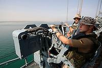 """25 SEP 2006, GOLF VON TADJURA/DJIBOUTI:<br /> Soldaten an einer 20mm Maschinenkanone beobachtet die Kueste bei Ausfahrt der Fregatte """"Schleswig-Holstein"""" aus dem Hafen von Djibouti. Die Fregatte ist als Flaggschiff Teil des deutschen Marinekontingents der OPERATION ENDURING FREEDOM und operiert im Seegebiet am Horn von Afrika<br /> IMAGE: 20060925-01-023<br /> KEYWORDS: Dschibuti, Bundeswehr, Marine, Soldat, Soldaten, Afrika, Africa"""