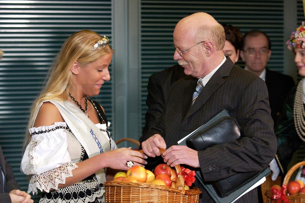 17 DEC 2003, BERLIN/GERMANY:<br /> Regina Roessler, Apfelprinzessin vom Bodensee, und Peter Struck, SPD, Bundesverteidigungsminister, waehrend der Uebergabe der traditionellen Apfelpraesente vor Beginn der letzten Kabinettsitzung vor Ende des Jahres, Bundeskanzleramt<br /> IMAGE: 20031217-01-006<br /> KEYWORDS: Apfelpräsente, Sitzung, Kabinett, Regina Rössler