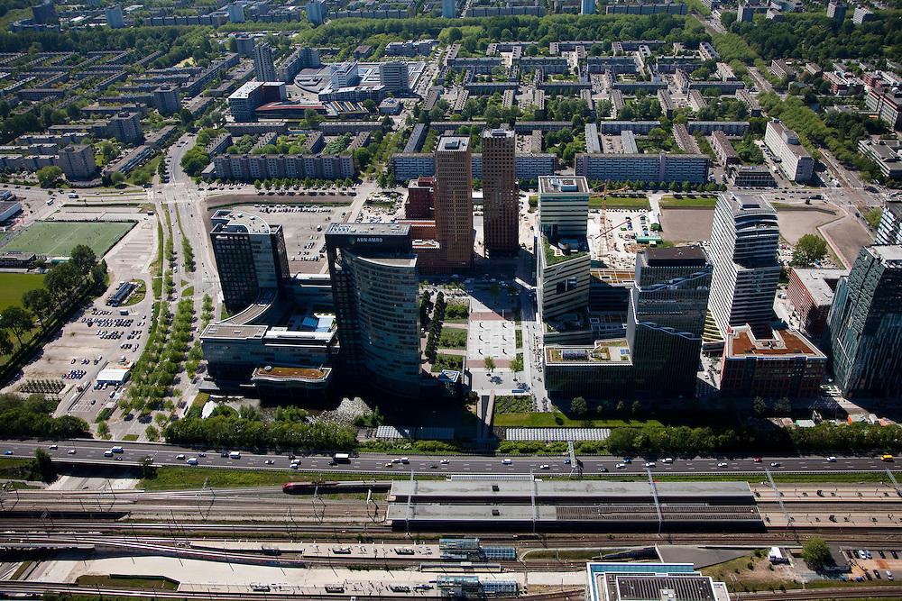 Nederland, Amsterdam, Zuideramstel, 12-05-2009; zicht op het financiele centrum van Amsterdam, de Zuidas, met de ringweg A10 en station Zuid/WTC. Links het hoofdkantoor van ABN-AMRO, dan twee torens van het wooncomplex Gershwin en het complex Mahler 4 verder naar rechts. De wijk Buitenveldert in de achtergrond. Er zijn plannen om snelweg en de spoorlijn te overkluizen of ondertunnelen. Dit 'dokmodel' zou door een publiek private samenwerking gerealiseerd moeten worden. Air view on buildings the financial center of Amsterdam, the Zuidas, bottom the ring road A10. In the back the housing district Buitenveldert. Swart collectie, luchtfoto (toeslag); Swart Collection, aerial photo (additional fee required).foto Siebe Swart / photo Siebe Swart