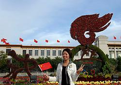 17-10-2007 ALGEMEEN: VOORBEREIDINGEN OLYMPISCHE SPELEN BEIJING 2008: CHINA<br /> De Olympische sportsymbolen in bloemencorso op het Tiananmen - Plein van de Hemelse Vrede - Olympische Ringen en vlam vuur - Op de achtergrond Het Nationaal Museum<br /> ©2007-WWW.FOTOHOOGENDOORN.NL