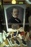 Pesaro, Rossini Opera Festival 1997. Window of a shoe store / Pesaro, Rossini Opera festival 1997. Vetrina di un negozio di scarpe - © Marcello Mencarini