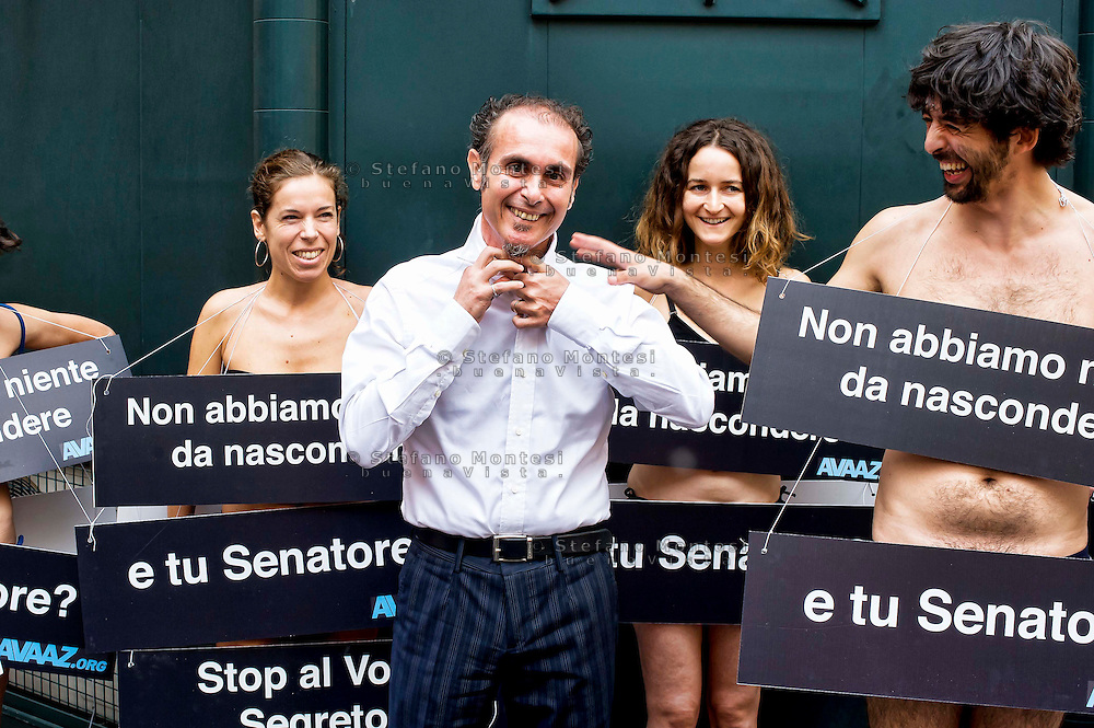 Roma 15 Ottobre 2013<br /> Gli attivisti di Avaaz manifestano nudi di fronte al Senato per l'abolizione del voto segreto su questioni cruciali come la decadenza da senatore di Silvio Berlusconi. Il senatore del Movimento 5 Stelle Vincenzo Santangelo con gli attivisti di Avaaz nudi<br /> Rome October 15, 2013<br /> Avaaz activists demonstrate naked in front of the Senate for the abolition of secret voting on crucial issues such as the decline from Senator of  Silvio Berlusconi. Senator Movement 5 Stars Vincenzo Santangelo with activists from Avaaz naked