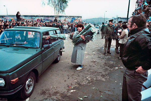 Duitsland, Berlijn, 10-11-1989Val van de Muur, Mensenmassa bij een opening in de muur op de Potsdamer Platz.In de voorgaande nacht haastig opgezette doorlaatpost. DDR, einde koude oorlog. Inwoners van west berlijn verwelkomen de oost duitsers. West-Berlijn, grens Oost-Duitsland en West-Duitsland.Fall of the wall. In the previous night hastily set up at the crossing point Potzdammer Platz. DDR, end cold war. Residents of west Berlin welcome the east Germans. West Berlin, border eastern Germany and West GermanyFoto: Flip Franssen/Hollandse Hoogte