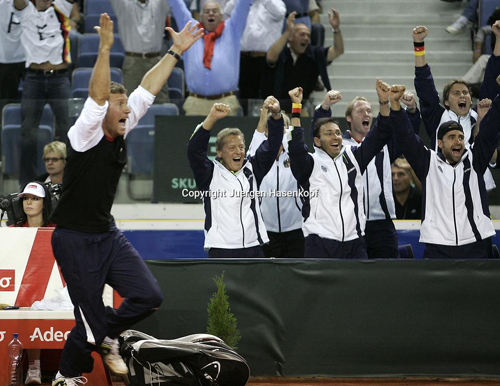 Sport, Tennis, Ausland, Davis Cup Begegnung  Tschechien gegen  Deutschland in der Tipsport Arena in Liberec, Doppel,Team Captain Patrik Kuehnen jubelt nach Sieg, Emotion,24.09.2005..