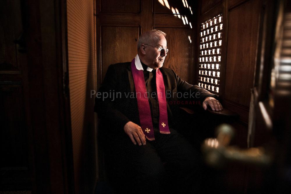 Groningen, Sint Jozefkathedraal. Pastoor Rolf Wagenaar in de biechtstoel. foto: Pepijn van den Broeke.