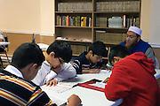 L'apprentissage du Coran, de l'arabe et des pratiques religieuses est effectu&eacute; dans les pays o&ugrave; la langue n'est pas largement parl&eacute;e. Des cours y sont donn&eacute;s sur l'islam et son histoire<br /> L'&eacute;ducation islamique peut &ecirc;tre effectu&eacute;e dans tout centre o&ugrave; existe un Imam .