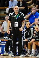 Trainer Leszek Krowicki (VFL) verfolgt das Spiel von der Seitenlinie