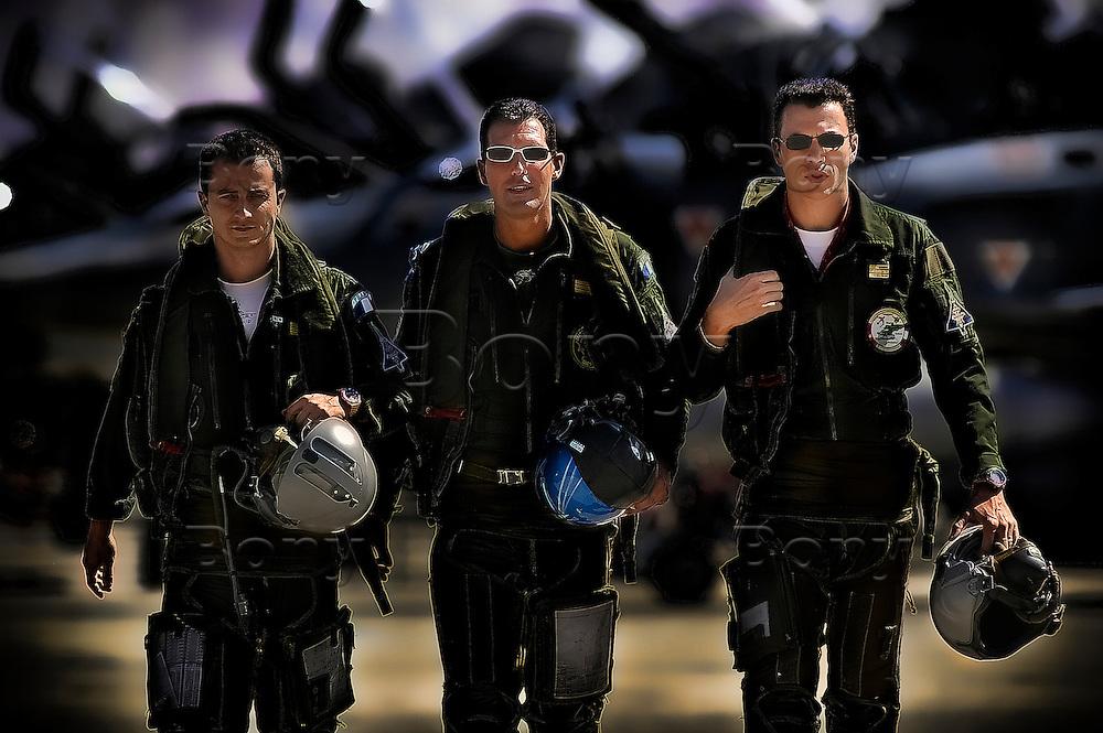 Les (vrais) chevaliers du ciel.<br /> &Agrave; l'occasion du  tournage du film de G&eacute;rard Pires, Maya-Press &agrave; suivi l'&eacute;quipe d'officiers de la BA 115 &agrave; Orange qui ont r&eacute;alis&eacute; les vols et cascades pour le film.<br /> Cette partie &quot;technique&nbsp;&quot; du film a &eacute;t&eacute; r&eacute;alis&eacute;e par &Eacute;ric Magnan, un sp&eacute;cialiste des prises de vues a&eacute;riennes.