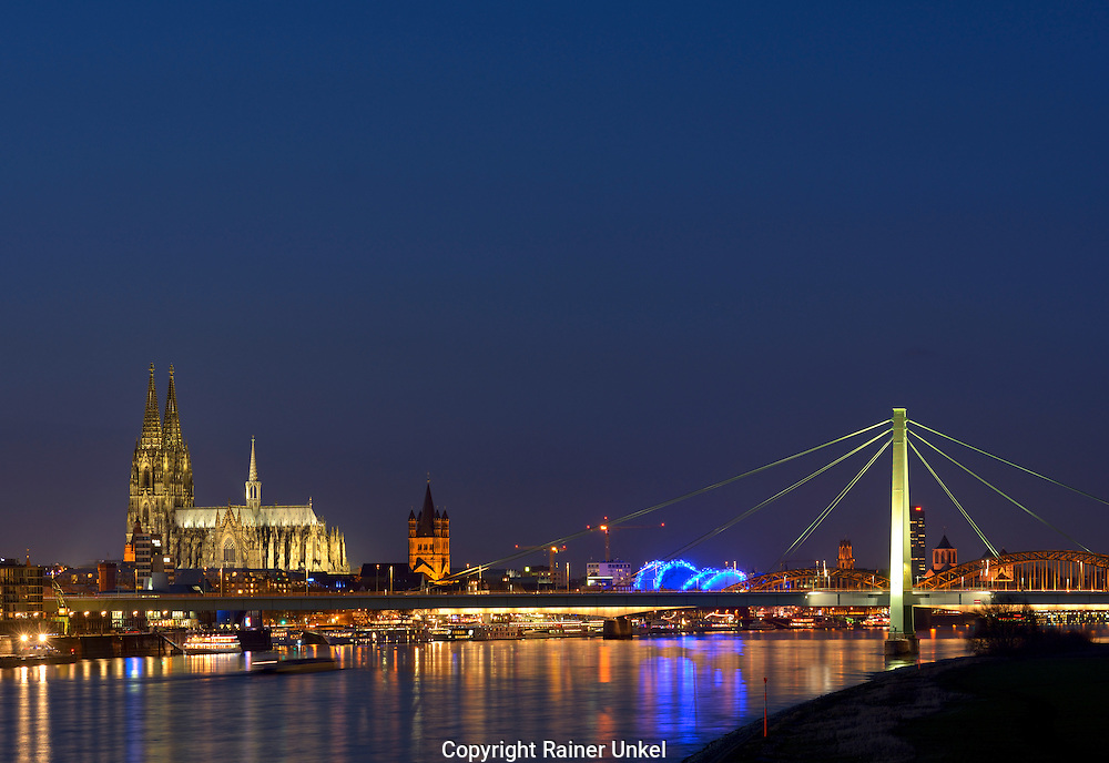 DEU , DEUTSCHLAND : Panorama von Koeln am Rhein mit Koelner Dom , Gross St.Martin , Musical Dome der Oper und Severinsbruecke , 31.12.2015<br />