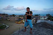 Retrato de Olo Garcia.  La  isla de Ustupu, perteneciente a la comarca indígena  Guna Yala,  forma parte del archipiélago de 365 islas a lo largo de la costa caribe noreste de Panamá..En Ustupu se genero la  Revolución Guna  en 1925, en la que los indígenas Gunas se defendieron ante las autoridades panameñas, que obligaban a los indígenas a occidentalizar su cultura a la fuerza. los Gunas con el aval del gobierno panameño, crearon un territorio autónomo llamado comarca indígena de Guna Yala, para garantizar la seguridad de la población y cultura Guna..(Ramón Lepage).