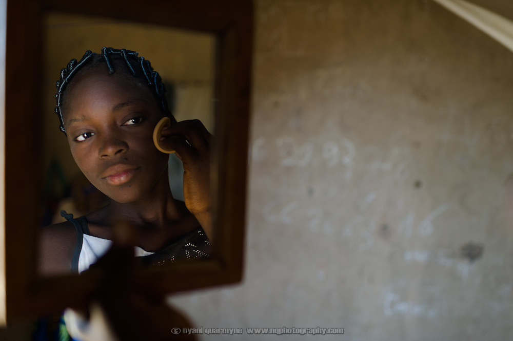 Rihanata Ouedraogo (15), putting on her make-up in Koala, Burkina Faso on 2 March 2014, spends over three hours a day fetching untreated water from a dam to meet the needs of herself and her large extended family.