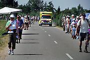 Nederland, Lent, 18-7-2006..Een ambulance baant zich een weg door de lopers van de 4 daagse op de dijk. Later werd in Nijmegen bekend dat er wandelaars overleden zijn, en werd het evenement voor het eerst in haar geschiedenis afgelast...Foto: Flip Franssen/Hollandse Hoogte