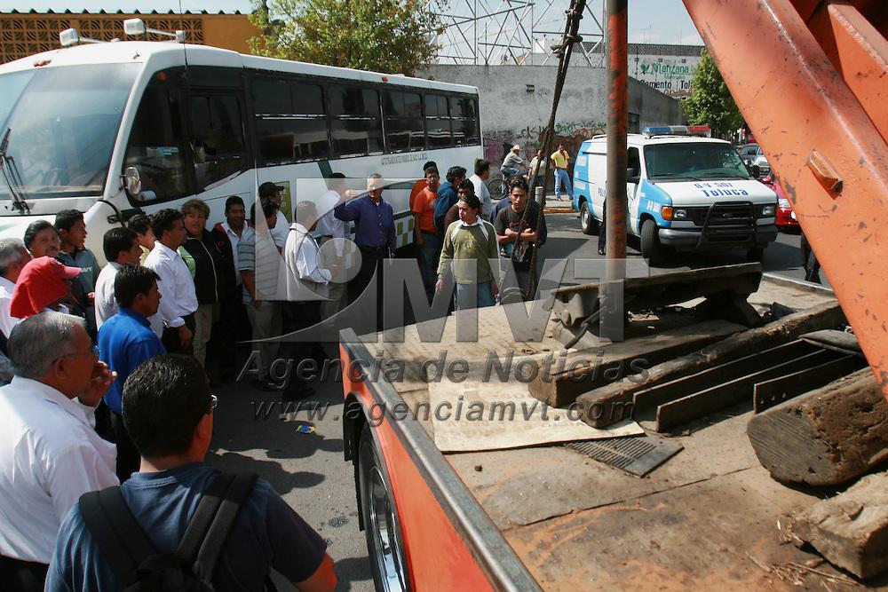 Toluca, Mex.- Vecinos de la colonia Valle Verde mantivieron bloquedas varias calles en protesta por el cambio del sentido de la circulaci&oacute;n por parte de las autoridades municipales, siendo retirados los bloqueos por granaderos de la policia. Agencia MVT / Mario Vazquez de la Torre. (DIGITAL)<br /> <br /> <br /> <br /> <br /> <br /> <br /> <br /> NO ARCHIVAR - NO ARCHIVE