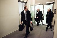 Nederland. Den Haag, 20 februari 2010.<br /> 04.13 uur, chauffeurs van ministers halen de aktetassen op uit de Treveszaal, vlak voor de verklaring van Balkenende.<br /> Premier Balkenende gaat het ontslag van zijn vierde kabinet indienen bij koningin Beatrix. Na een keiharde confrontatie in de ministerraad over de militaire missie in Uruzgan bleek rond vier uur 's nachts nog maar één conclusie mogelijk: aftreden. kabinetscrisis; val kabinet; Balkenende Vier; vierde kabinet Balkenende; politiek; binnenhof, den haag<br /> Foto Martijn Beekman