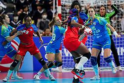 05-12-2019 JAP: Cuba - Slovenia, Kumamoto<br /> Fourth match groep A at 24th IHF Womenís Handball World Championship. Slovenia win 39 - 26 of Cuba / Teja Ferfolja #15 of Slovenia, Polona Baric #13 of Slovenia, Yunisleidy Camejo Rodriguez #11 of Cuba