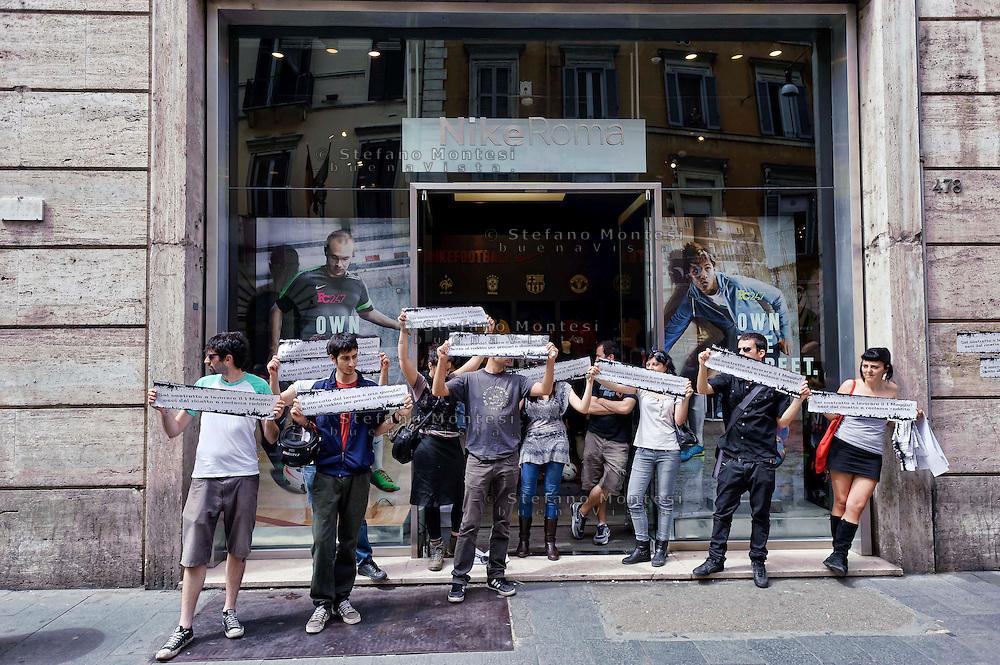 Roma 1 Maggio 2013..Manifestazione, di studenti, lavoratori , precari  e disoccupati in via del Corso contro i negozi aperti nel giorno della festa dei lavoratori e per il dirittto al reddito. Picchetto davanti il negozio della Nike