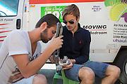 De technici sleutelen in de ochtend aan de VeloX V. Het Human Power Team Delft en Amsterdam (HPT), dat bestaat uit studenten van de TU Delft en de VU Amsterdam, is in Amerika om te proberen het record snelfietsen te verbreken. Momenteel zijn zij recordhouder, in 2013 reed Sebastiaan Bowier 133,78 km/h in de VeloX3. In Battle Mountain (Nevada) wordt ieder jaar de World Human Powered Speed Challenge gehouden. Tijdens deze wedstrijd wordt geprobeerd zo hard mogelijk te fietsen op pure menskracht. Ze halen snelheden tot 133 km/h. De deelnemers bestaan zowel uit teams van universiteiten als uit hobbyisten. Met de gestroomlijnde fietsen willen ze laten zien wat mogelijk is met menskracht. De speciale ligfietsen kunnen gezien worden als de Formule 1 van het fietsen. De kennis die wordt opgedaan wordt ook gebruikt om duurzaam vervoer verder te ontwikkelen.<br /> <br /> The technicians prepare the VeloX V at the hotel. The Human Power Team Delft and Amsterdam, a team by students of the TU Delft and the VU Amsterdam, is in America to set a new  world record speed cycling. I 2013 the team broke the record, Sebastiaan Bowier rode 133,78 km/h (83,13 mph) with the VeloX3. In Battle Mountain (Nevada) each year the World Human Powered Speed Challenge is held. During this race they try to ride on pure manpower as hard as possible. Speeds up to 133 km/h are reached. The participants consist of both teams from universities and from hobbyists. With the sleek bikes they want to show what is possible with human power. The special recumbent bicycles can be seen as the Formula 1 of the bicycle. The knowledge gained is also used to develop sustainable transport.