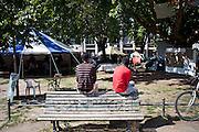 Occupazione di Oranienplatz, nel distretto di Kreuzberg. Nella foto alcuni dei migranti che vivono nella piazza a seguito delle difficili condizioni di vita e di lavoro in Germania.