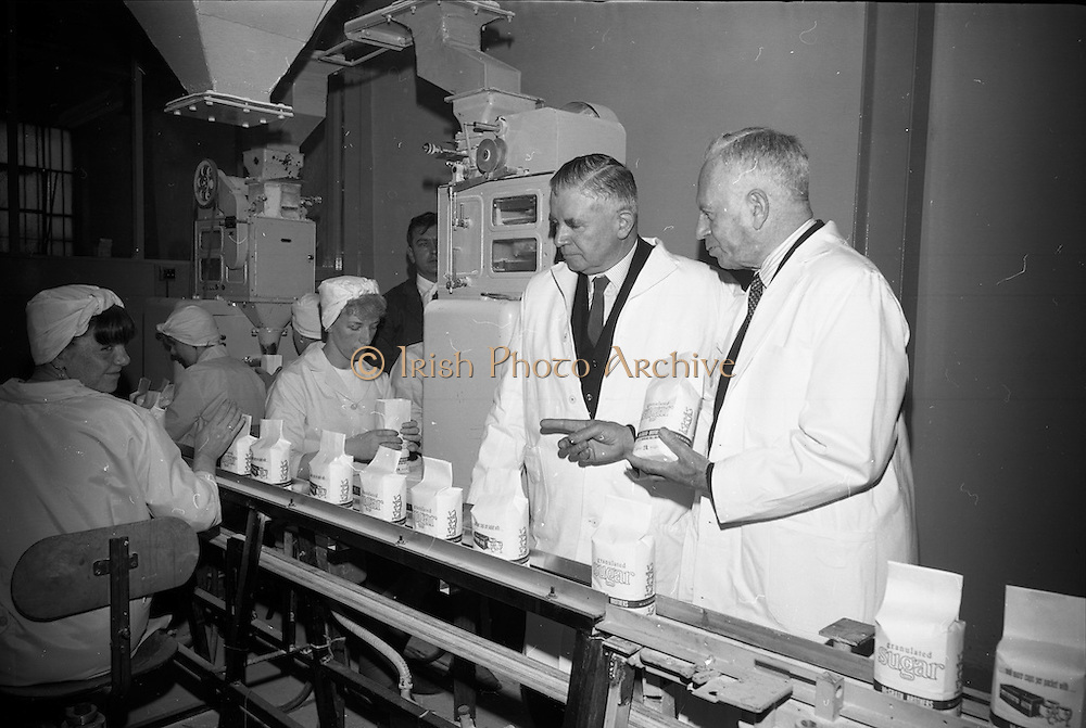 22/06/1965<br /> 06/22/1965<br /> 22 June 1965<br /> Launching new bulk guar delivery service By the Irish Sugar Co. at McGrath Brothers, Dublin. Picture shows Lieutenant General Michael Costello, General Manager of Irish Sugar Co. and Mr. Percy McGrath, Director, McGrath Bros. viewing the sugar packing.