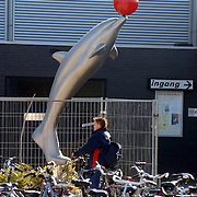 Kunstwerk de Dolfijn met bal op de neus bij zwembad de Meent Huizen
