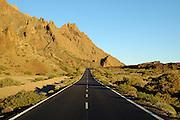 Spanien, Kanarische Inseln, Teneriffa..Teide Nationalpark,Vulkanlandschaft mit Straße.. ..Spain, Canary Islands, Tenerife..Teide National Park, volcano landscape with road