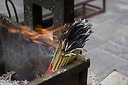Des bâtonnets d'encens  (foxiang) déposé par les pélerins.