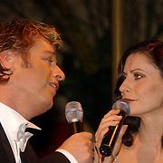 Perspresentatie Musicals in Concert 2004, Tony Neef en Pia Douwes zingend