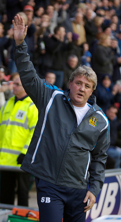 WIGAN, ENGLAND - Saturday, December 1, 2007: Wigan Athletic's manager Steve Bruce waves to the fans during the Premiership match against Manchester City at the JJB Stadium. (Photo by David Rawcliffe/Propaganda)