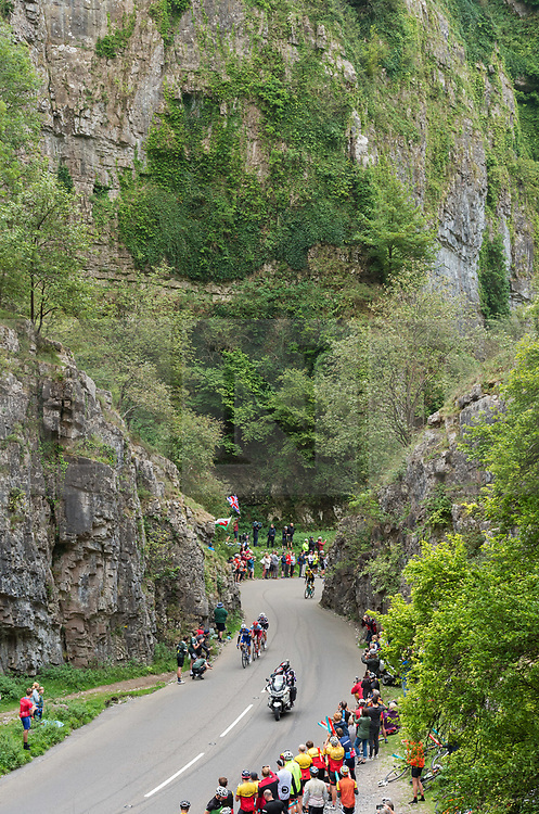 © Licensed to London News Pictures. 04/09/2018. Cheddar, Somerset, UK. OVO Energy Tour of Britain, stage 3. The lead cyclists climb up through the Cheddar Gorge on a King of the Mountain stage on the third day of the tour. Crowds watch from vantage points in the gorge including the cliff tops. Photo credit: Simon Chapman/LNP