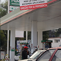 TOLUCA, Mexico.- Propietarios de gasolineras de Toluca, colocan mantas con leyendas invitando a la gente tener preferencia por el servicio y afirman que se están aplicando para dar mejor atención a los automovilistas. Agencia MVT. José Hernández.  (DIGITAL)