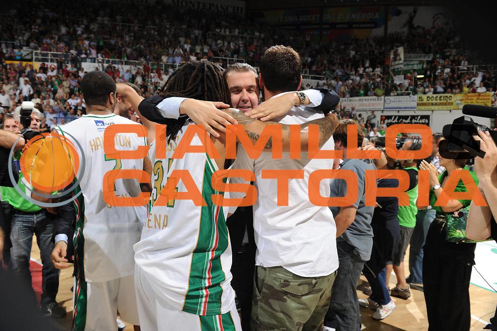 DESCRIZIONE : Siena Lega A 2010-11 Finale Play off Gara 5 Montepaschi Siena Bennet Cantu<br /> GIOCATORE : Simone Pianigiani<br /> CATEGORIA : esultanza<br /> SQUADRA : Montepaschi Siena<br /> EVENTO : Campionato Lega A 2010-2011<br /> GARA : Montepaschi Siena Bennet Cantu<br /> DATA : 19/06/2011<br /> SPORT : Pallacanestro<br /> AUTORE : Agenzia Ciamillo-Castoria/GiulioCiamillo<br /> Galleria : Lega Basket A 2010-2011<br /> Fotonotizia : Siena Lega A 2010-11 Finale Play off Gara 5 Montepaschi Siena Bennet Cantu<br /> Predefinita :