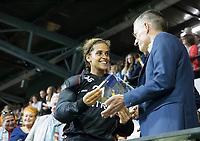 AMSTELVEEN - Keeper van het toernooi, Keeper Aisling D'hooghe (Bel) met Jean Paul van Haarlen (ONVZ) damesfinale Nederland-Belgie bij de Rabo EuroHockey Championships 2017.   COPYRIGHT KOEN SUYK