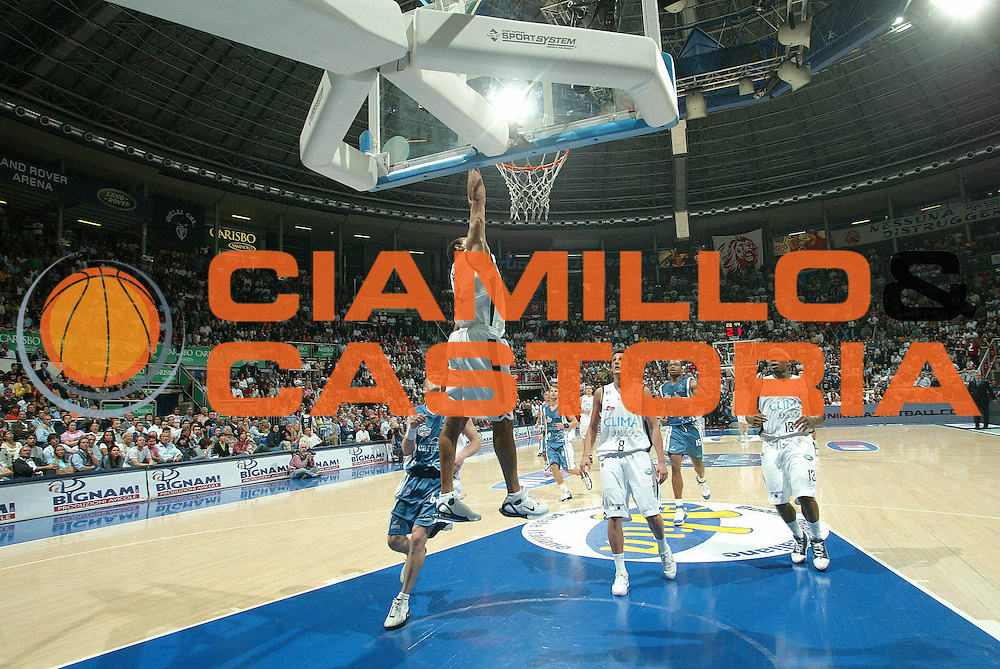 DESCRIZIONE : Bologna Lega A1 2005-06 Play Off Semifinale Gara 3 Climamio Fortitudo Bologna Carpisa Napoli <br /> GIOCATORE : Garris<br /> SQUADRA : Climamio Fortitudo Bologna <br /> EVENTO : Campionato Lega A1 2005-2006 Play Off Semifinale Gara 3 <br /> GARA : Climamio Fortitudo Bologna Carpisa Napoli <br /> DATA : 07/06/2006 <br /> CATEGORIA : schiacciata<br /> SPORT : Pallacanestro <br /> AUTORE : Agenzia Ciamillo-Castoria/G.Livaldi