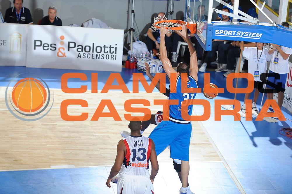 DESCRIZIONE : Cagliari Eurobasket Men 2009 Additional Qualifying Round Italia Francia<br /> GIOCATORE : Marco Cusin<br /> SQUADRA : Italia Italy Nazionale Italiana Maschile<br /> EVENTO : Eurobasket Men 2009 Additional Qualifying Round <br /> GARA : Italia Francia Italy France<br /> DATA : 05/08/2009 <br /> CATEGORIA : schiacciata<br /> SPORT : Pallacanestro <br /> AUTORE : Agenzia Ciamillo-Castoria/G.Ciamillo