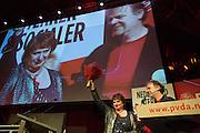 Mariette Hamer neemt afscheid van de PvdA en wordt bedankt door Hans Spekman (rechts). In Utrecht wordt het PvdA congres gehouden. Tijdens het congres wordt de aftrap gegeven voor de verkiezing van de Provinciale Staten en de waterschappen. Ook wordt afscheid genomen van Mariette Hamer an Frans Timmermans.<br /> <br /> The Labour Party conference is held in Utrecht. During the conference, the kickoff is given for the election of provincial and district water boards.
