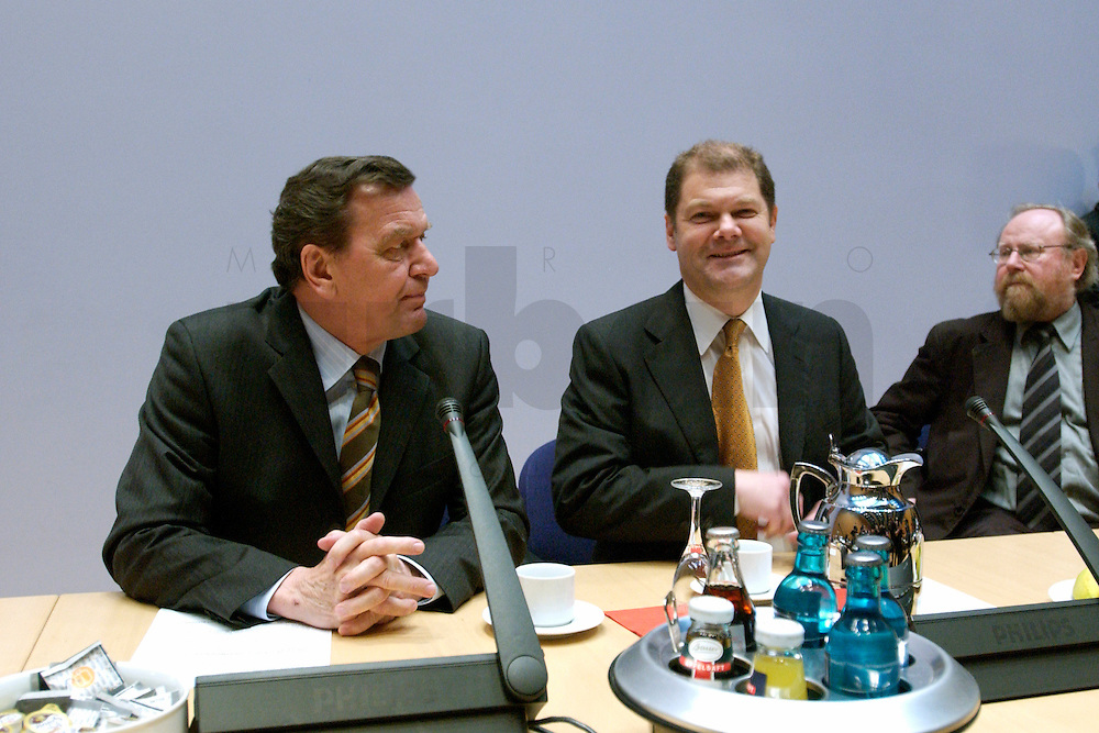 07 FEB 2004, BERLIN/GERMANY:<br /> Gerhard Schroeder (L), SPD, Bundeskanzler, und Olaf Scholz (R), SPD, Generalsekretaer, vor Beginn der Sondesitzung des SPD Parteivorstandes nach der Bekanntgabe des Ruecktritts des Parteivorsitzenden, Willy-Brandt-Haus<br /> IMAGE: 20040207-01-015<br /> KEYWORDS: R&uuml;cktritt, Gerhard Schr&ouml;der