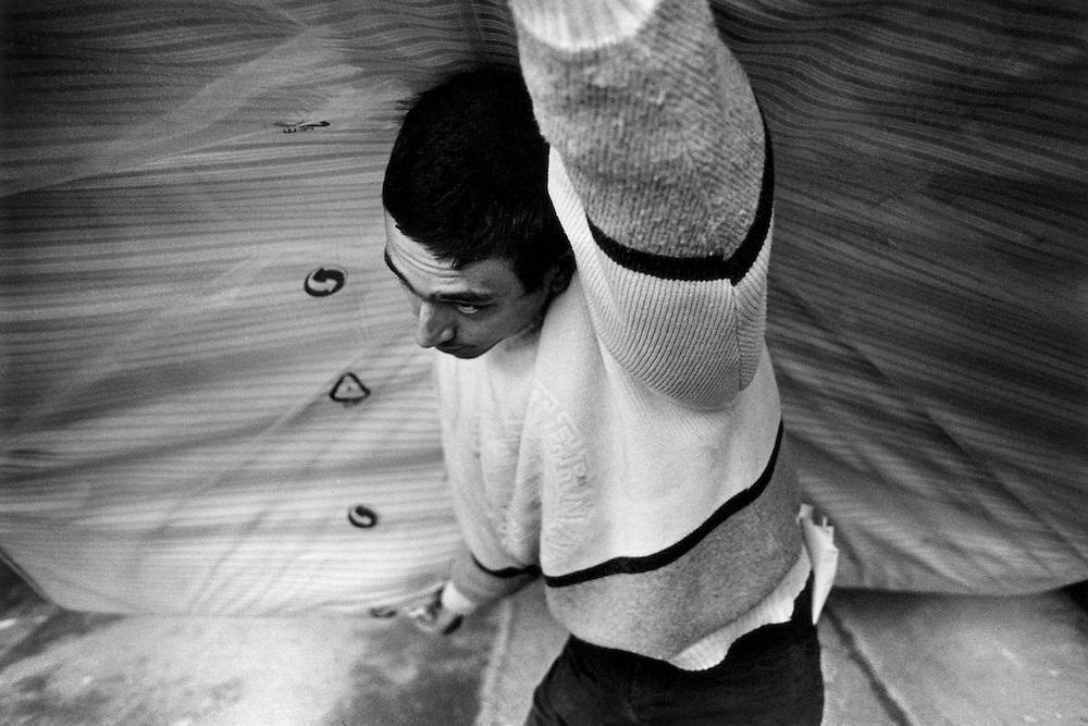 Paris, 1999. Un debut de normalisation s'installe dans les relations entre Nathalie et ses deux premiers fils, places par les services sociaux. Loup se coupe les cheveux et trouve du travail.