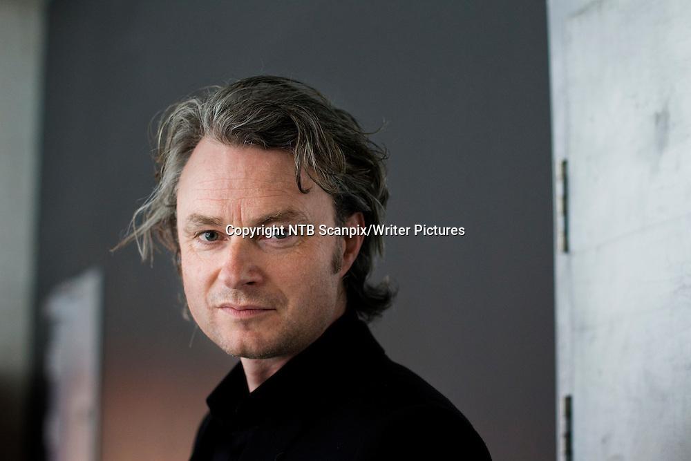 Oslo  20110607.<br /> Forfatteren Simon Toyne er i Oslo i forbindelse med lanseringen av  thrilleren &quot; Sanctus &quot;. <br /> I et kloster voktes en hemmelighet. En munk r&macr;mmer og styrter i d&macr;den. Med ett st&Acirc;r menneskehetens fremtid p&Acirc; spill. Sanctus er en stor internasjonal suksess, og boka er solgt til 40 land og oversatt til 24 spr&Acirc;k allerede f&macr;r den er lansert i England.<br /> Foto: Berit Roald / Scanpix<br /> <br /> NTB Scanpix/Writer Pictures<br /> <br /> WORLD RIGHTS, DIRECT SALES ONLY, NO AGENCY