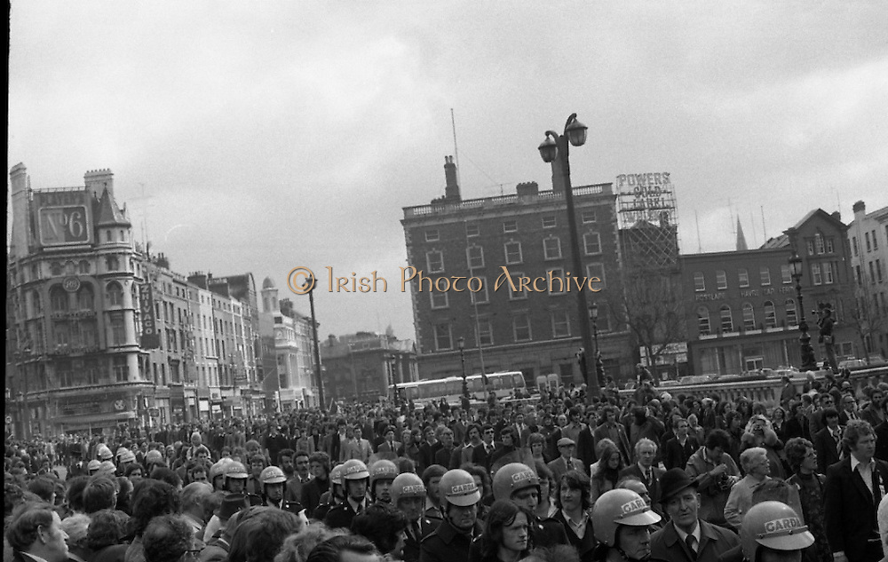 Sinn Fein (Provo) Dublin Parade.   K22..1976..25.04.1976..04.25.1976..25th April 1976..Sinn Fein held an Easter Rising Commemorative  parade..The parade started at St Stephens Green, Dublin and proceeded through the streets to the G.P.O.in O'Connell Street, the scene of the centre of the 1916 uprising..Picture of the parade as they begin to cross O'Connell Bridge.