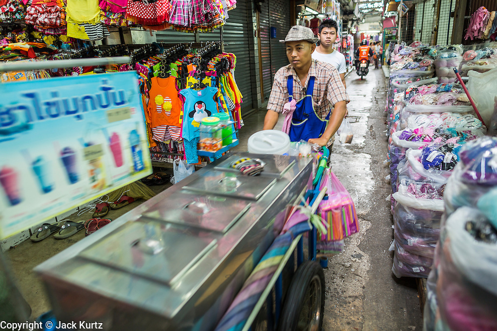 06 JUNE 2013 - BANGKOK, THAILAND:     A food pushcart vendor in Bobae Market in Bangkok. Bobae Market is a 30 year old market famous for fashion wholesale and is now very popular with exporters from around the world. Bobae Tower is next to the market and  advertises itself as having 1,300 stalls under one roof and claims to be the largest garment wholesale center in Thailand.       PHOTO BY JACK KURTZ